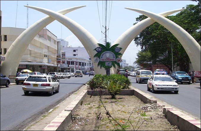KEN Tusk_Scupture_Major_Road_Entrance_to_Downtown_Mombasa