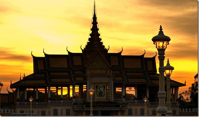 CAMBRoyal-palace-in-Pnom-Penh-at-Sunset-Cambodia